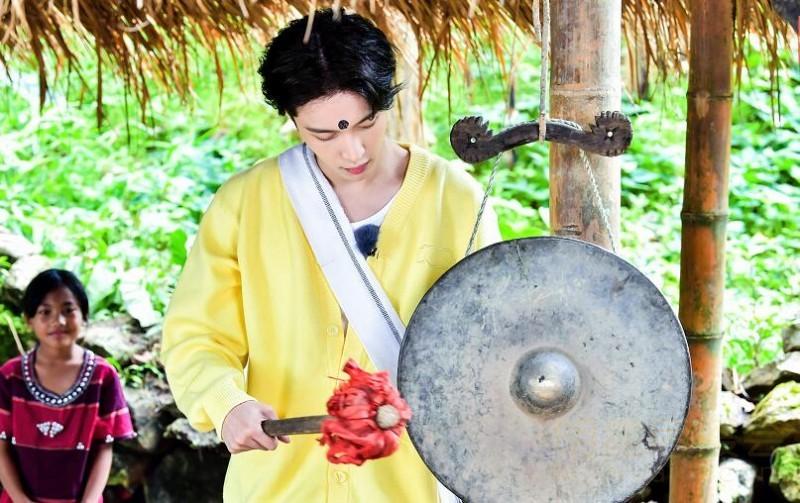 《我们在行动》第四季开播,张艺兴进入中国最后一个原始部落,成翁丁村新村民