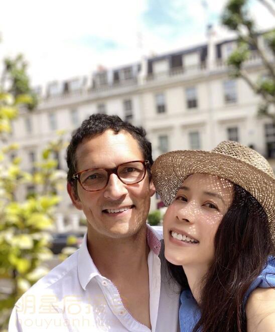 莫文蔚个人资料简介 莫文蔚与丈夫合照